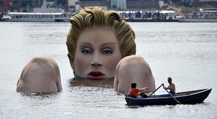 Гигантская русалка в Гамбурге